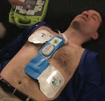 massage cardiaque effectué par un jeune seins nue pull